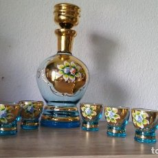 Antigüedades: ESPLENDIDA LICORERA DE MURANO CON VASITOS HECHA Y PINTADA A MANO FLORES DE PORCELANA. Lote 167622680