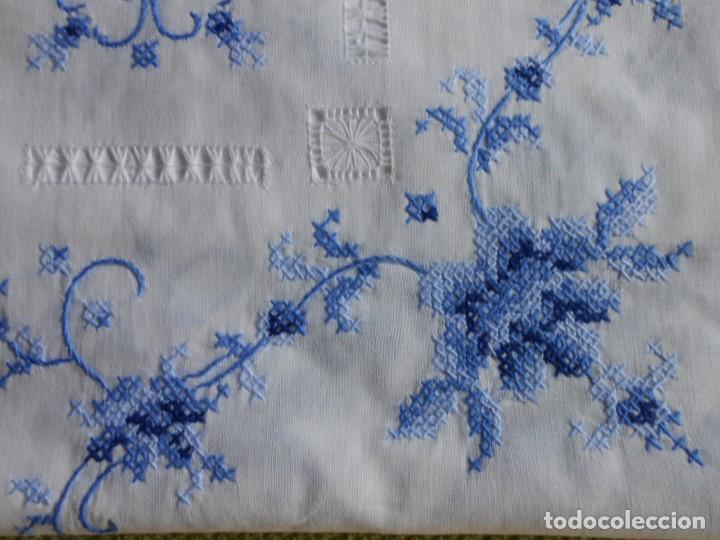 Antigüedades: Excepcional de grande manteleria,punto de cruz a mano y vainicas.180 x 340 cm.12 Serv.algodon blanco - Foto 2 - 223325543