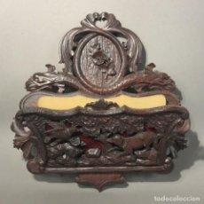 Antigüedades: REVISTERO PLEGABLE DE MADERA TALLADA PARA LA PARED. 1880 - 1900. Lote 167658376