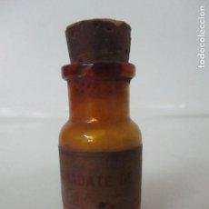 Antigüedades: MEDICAMENTO - BOTE, FRASCO DE CRISTAL DE FARMACIA - SULFATO DE ESERINA, E. MERCK - CON CONTENIDO.. Lote 167658548
