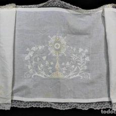 Antigüedades: 8B MARAVILLOSO PAÑO DE ALTAR BORDADO A MANO, BATISTA SEDA Y BOLILLO AÑOS 1900. Lote 167674600