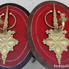 Antigüedades: PAREJA DE APLIQUES ANTIGUOS DE BRONCE CON ARABESCOS . Lote 167737000