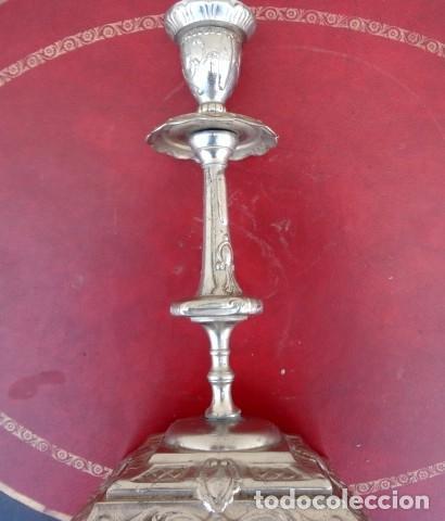 CANDELABRO EN METAL PLATEADO, LABRADO (Antigüedades - Iluminación - Candelabros Antiguos)