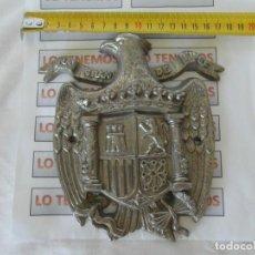 Antigüedades: ESCUDO FRANQUISTA BRONCE-CROMADO ÁGUILA DE SAN JUAN UNA GRANDE LIBRE. Lote 167786636
