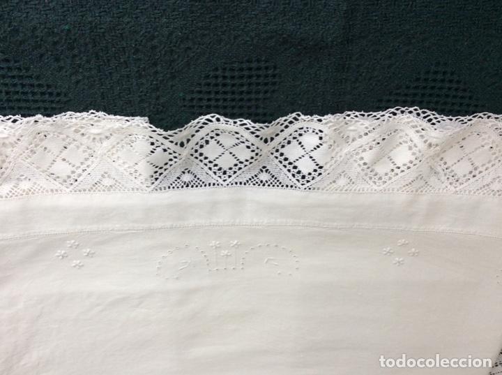 Antigüedades: Antigua sabana bordada con preciosa puntilla de principios siglo XX - Foto 6 - 167808772