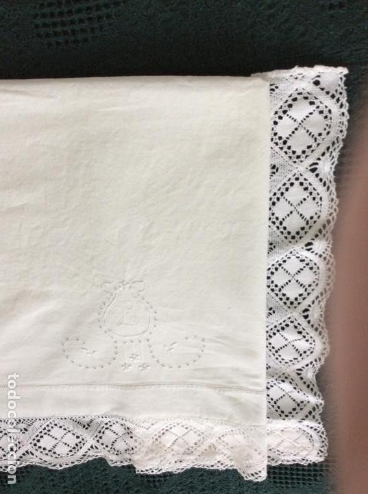 Antigüedades: Antigua sabana bordada con preciosa puntilla de principios siglo XX - Foto 7 - 167808772