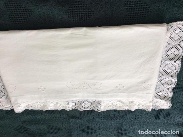 Antigüedades: Antigua sabana bordada con preciosa puntilla de principios siglo XX - Foto 9 - 167808772