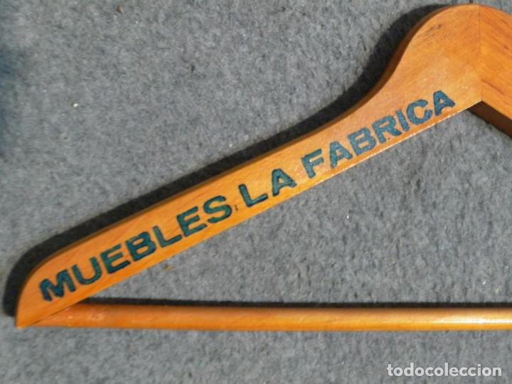 Antigüedades: ANTIGUA PERCHA DE MADERA MUEBLES LA FABRICA - Foto 2 - 167835048