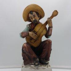 Antigüedades: BELLA FIGURA ANTIGUA MUSICAL EN PORCELANA BISCUIT BELLAMENTE POLICROMADA A MANO, SISTEMA DE CUERDA .. Lote 167853788