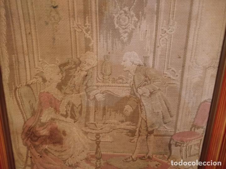 Antigüedades: Antiguo tapiz enmarcado con escena galante - 52x52cm - Foto 2 - 167916828