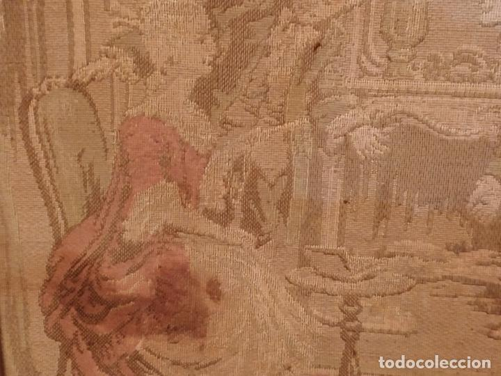 Antigüedades: Antiguo tapiz enmarcado con escena galante - 52x52cm - Foto 4 - 167916828