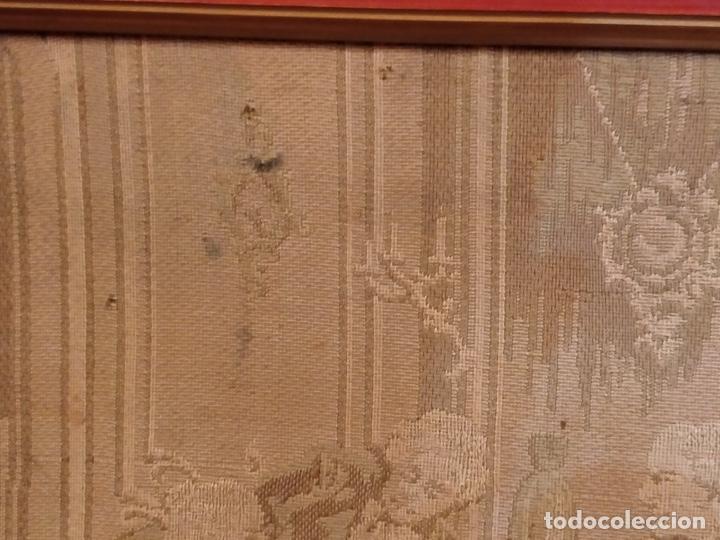 Antigüedades: Antiguo tapiz enmarcado con escena galante - 52x52cm - Foto 6 - 167916828