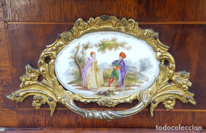 Antigüedades: ENTREDOS. MADERA DE NOGAL. PORCELANA PINTADA A MANO. ESTILO LUIS XVI. ESPAÑA. SIGLO XIX. - Foto 3 - 167923224