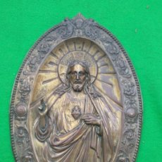 Antigüedades: ANTIGUA PLACA EN LATON DE SAGRADO CORAZON DE JESUS EN RELIEVE. Lote 167936896