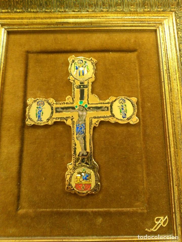 CRUZ DE BRONCE CON ESMALTES -- TAMAÑO MARCO 28X24 (Antigüedades - Religiosas - Cruces Antiguas)