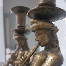 Antigüedades: ESPECTACULAR PAREJA CANDELABROS DE BRONCE CON SIRENAS TROMPETERAS. MODERNISTAS. 35 X15 CM. 4,8KG.. Lote 167918498