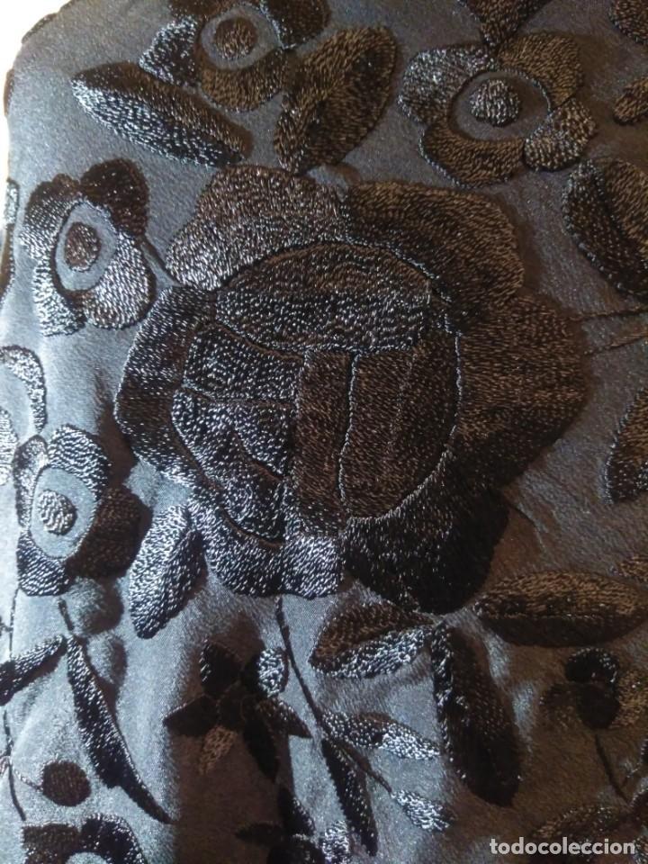 Antigüedades: MANTÓN DE MANILA NEGRO DE SEDA BORDADA - Foto 12 - 168009020