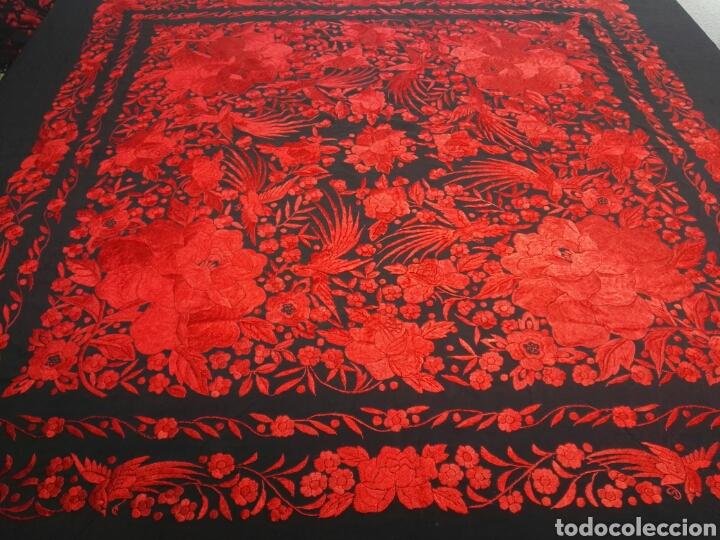 Antigüedades: Exhuberante mantón rojo sobre negro de Rosas grandes y Pájaros - Foto 14 - 121299943