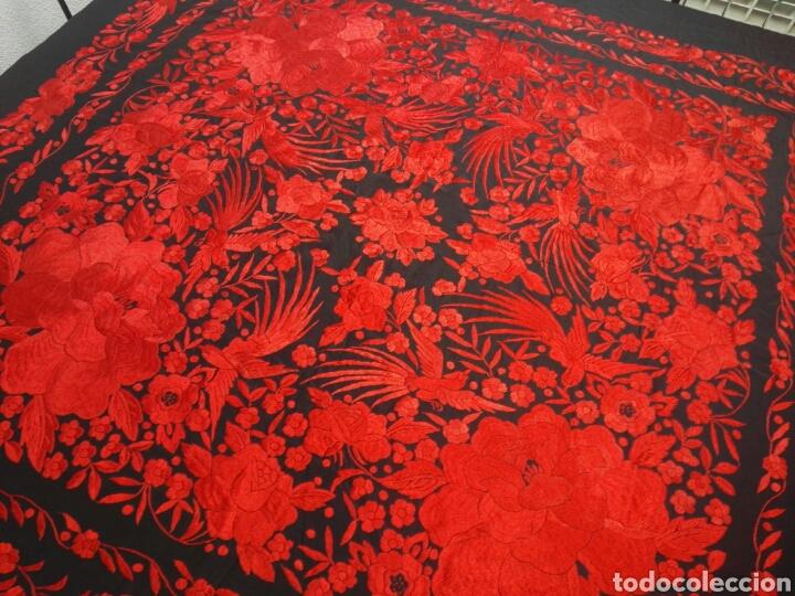 Antigüedades: Exhuberante mantón rojo sobre negro de Rosas grandes y Pájaros - Foto 16 - 121299943