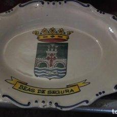 Antigüedades: BANDEJA CON ECUDO DE BEAS DE SEGFURA, JAEN, REALIZADA EN TALAVERA . Lote 168053892