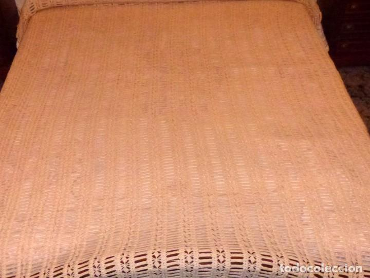 Antigüedades: Antigua colcha de lana realizada a mano a ganchillo color beige - crema. - Foto 2 - 168121348