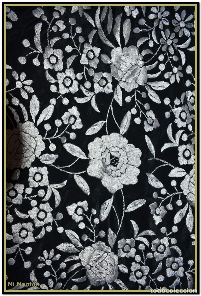 Antigüedades: Mantón de Manila negro con bordado blanco marfil seda bordada a mano. - Foto 2 - 168181957