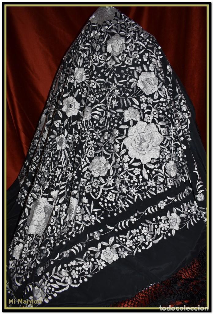 Antigüedades: Mantón de Manila negro con bordado blanco marfil seda bordada a mano. - Foto 4 - 168181957