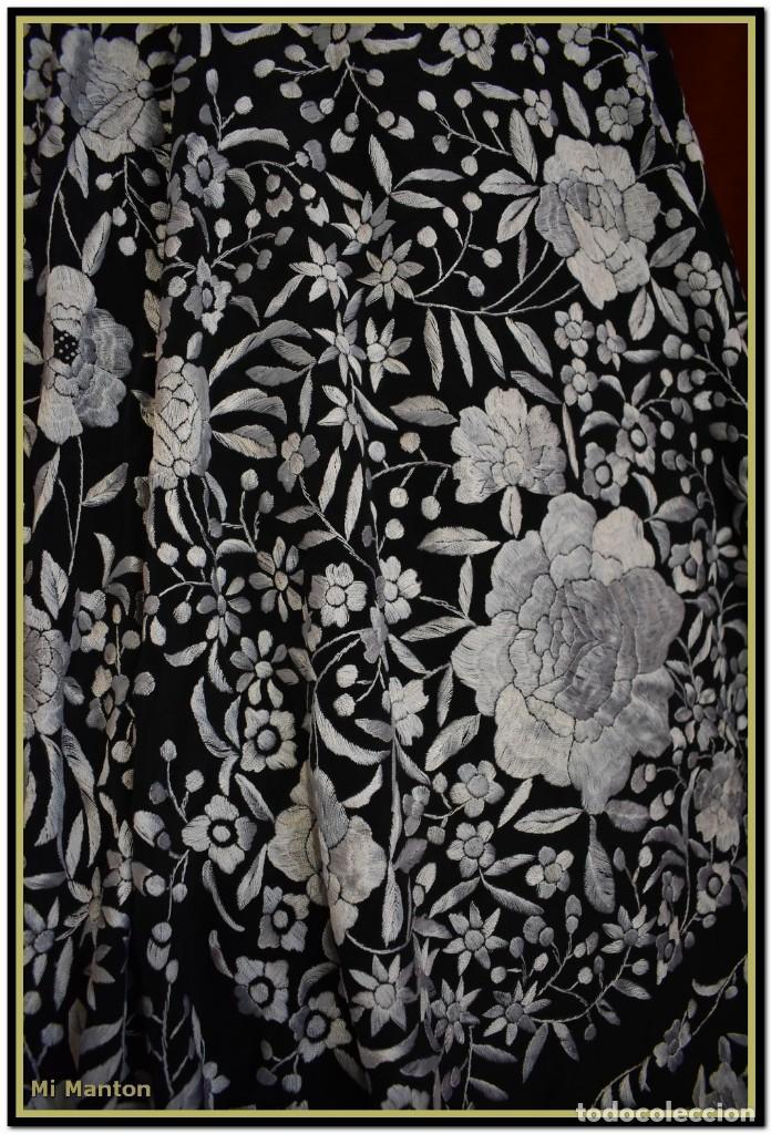 Antigüedades: Mantón de Manila negro con bordado blanco marfil seda bordada a mano. - Foto 5 - 168181957