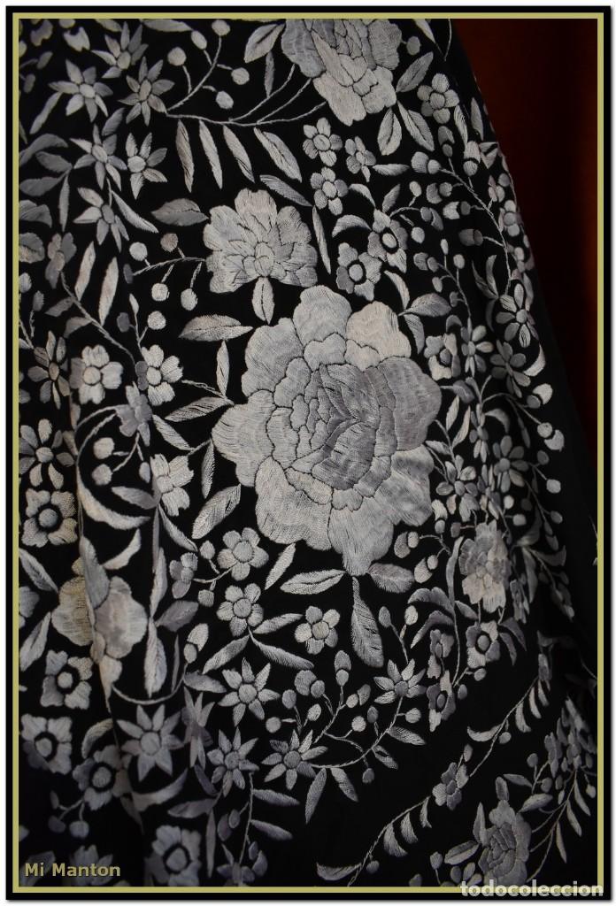 Antigüedades: Mantón de Manila negro con bordado blanco marfil seda bordada a mano. - Foto 6 - 168181957