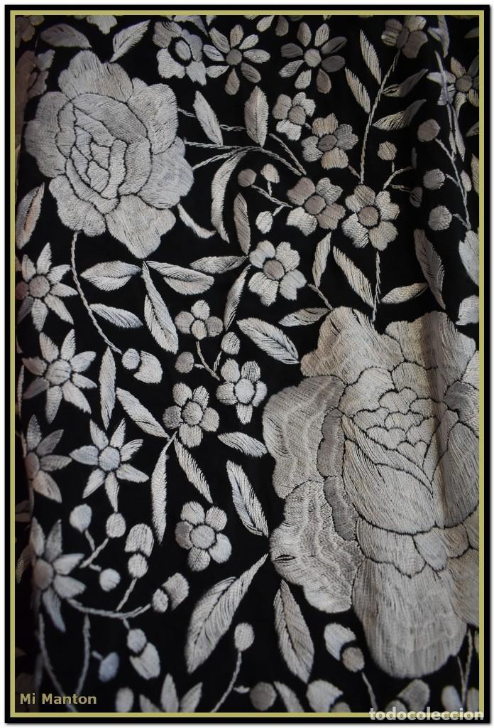 Antigüedades: Mantón de Manila negro con bordado blanco marfil seda bordada a mano. - Foto 7 - 168181957