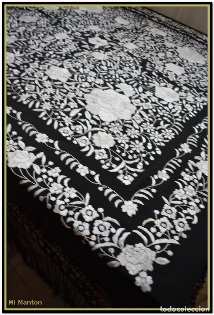 Antigüedades: Mantón de Manila negro con bordado blanco marfil seda bordada a mano. - Foto 8 - 168181957