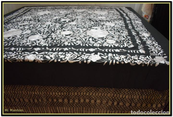 Antigüedades: Mantón de Manila negro con bordado blanco marfil seda bordada a mano. - Foto 9 - 168181957