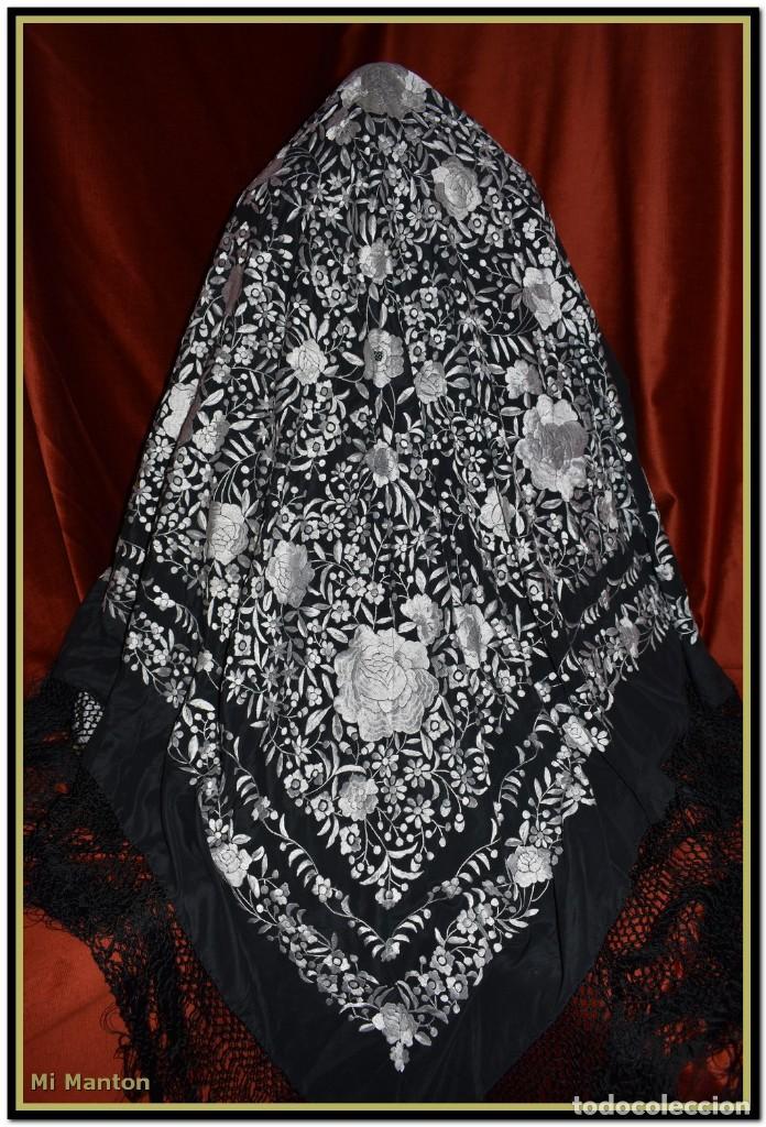 Antigüedades: Mantón de Manila negro con bordado blanco marfil seda bordada a mano. - Foto 10 - 168181957