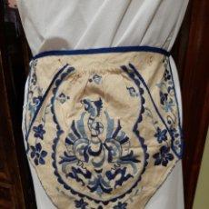 Antigüedades: FALTRIQUERA-MANDIL DE LANA BORDADO, AGUILA REAL, VESTIMENTA REGIONAL. Lote 168205246