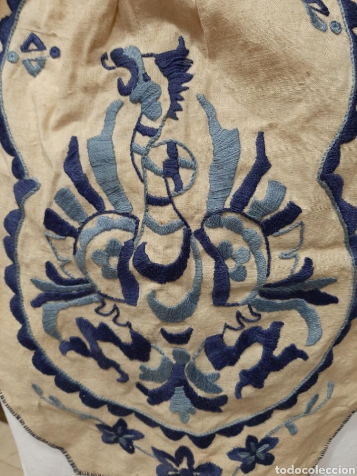 Antigüedades: FALTRIQUERA-MANDIL DE LANA BORDADO, AGUILA REAL, VESTIMENTA REGIONAL - Foto 2 - 168205246