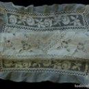 Antigüedades: ANTIGUA COLCHA DE LINO FINO Y ENCAJES PARA CUNA-CAMA MUÑECA S.XIX. Lote 168210364