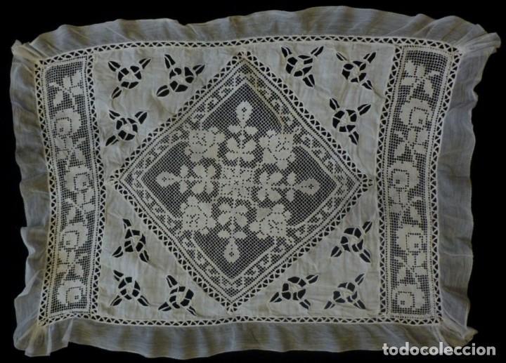 Antigüedades: ANTIGUA COLCHA DE LINO FINO Y ENCAJES PARA CUNA-CAMA MUÑECA S.XIX - Foto 2 - 168210364