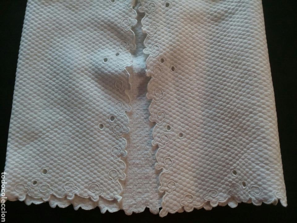 Antigüedades: Faldón de piqué nido de abeja ,con bordado en Filtire ,años 1930-40 - Foto 4 - 168221421