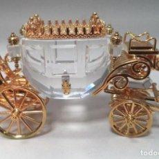 Antigüedades: MINIATURA DE CARROZA, CRISTAL TALLADO Y METAL DORADO. SWAROVSKI. Lote 168224000