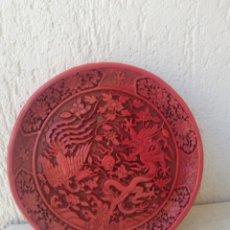 Antigüedades: PLATO DE LACA CHINO TALLADO A MANO RELIEVE DE FIGURA DRAGON Y AVE Y FLORES CON ELLO ABAJO. Lote 168261365