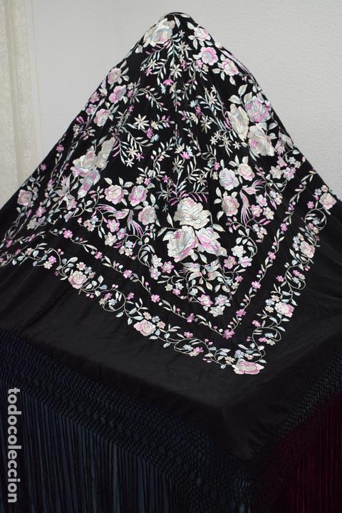 Antigüedades: manton de manila seda bordada a mano tono azules y rosa flores y pájaros, 138x138 mas flecos - Foto 2 - 166405254