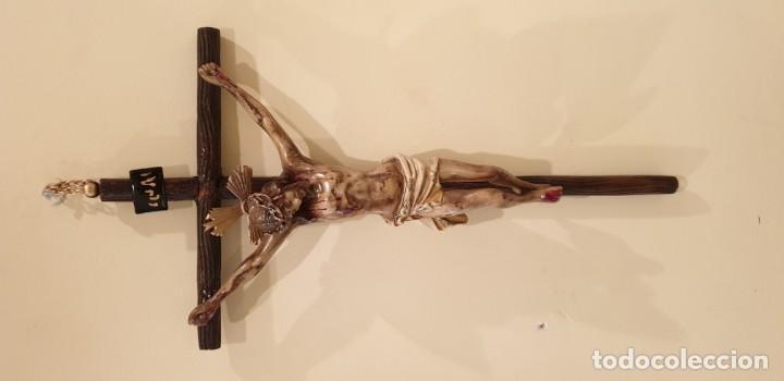 CRISTO EN ESCAYOLA Y CRUZ MADERA DE 60 CMS., PPIOS S. XX (Antigüedades - Religiosas - Crucifijos Antiguos)