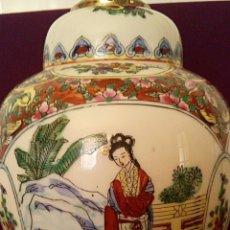 Antigüedades: LÁMPARA CHINA. FAMILIA ROSA CANTÓN. PORCELANA PINTADA A MANO CON BASE DE MADERA TALLADA.. Lote 168365710