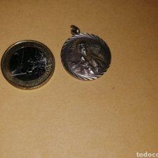 Antigüedades: MEDALLA DE PLATA AÑOS 50 MUY BONITA TIPO ESCAPULARIO MEDIDAS UNOS 3 CM DE DIAMETRO. Lote 125235744
