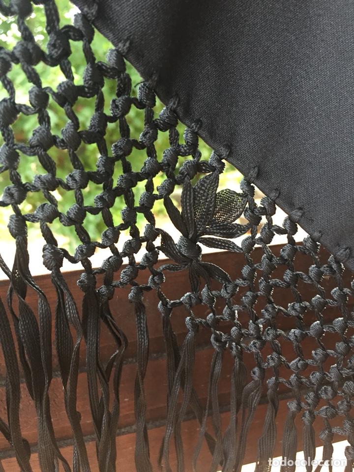 Antigüedades: Gran pico mantón de algodón grueso bordado a mano. Flecos de cintas de seda. - Foto 2 - 168391033