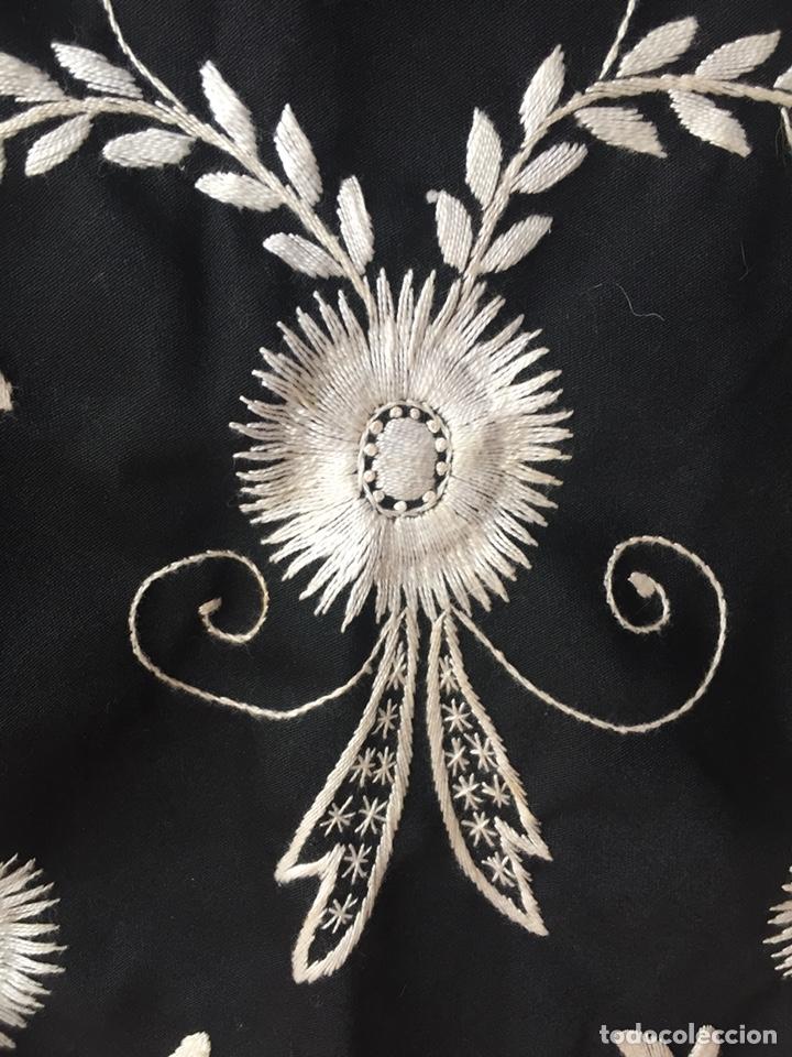 Antigüedades: Gran pico mantón de algodón grueso bordado a mano. Flecos de cintas de seda. - Foto 3 - 168391033