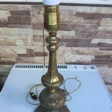 Antigüedades: PIE DE LAMPARA DE METAL LABRADO 43 CTM DE ALTA X 16 CTM DE BASE. Lote 168397848