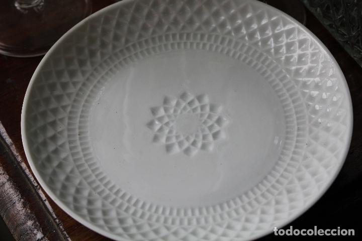 PLATO EN PORCELANA DE CASTRO, (SARGALEDOS)EN RELIEVE. AÑOS 1960-70. BLANCO. (Antigüedades - Porcelanas y Cerámicas - Sargadelos)