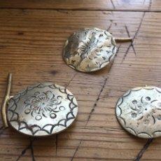 Antigüedades - 3 Botones antiguos de indumentaria tradicional decorados con bonito cincelado - Para traje regional - 168433232
