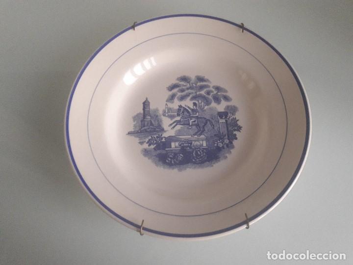 PLATO HONDO DE PORCELANA - ESCENA ECUESTRE - DECORADO EN AZUL - NUMERADO - PORTUGAL (Antigüedades - Porcelanas y Cerámicas - Otras)